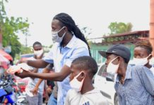 Le groupe Rockfam distribue des masques à Delmas en Haïti le 8 mai 2020 (Photo : Diniace)