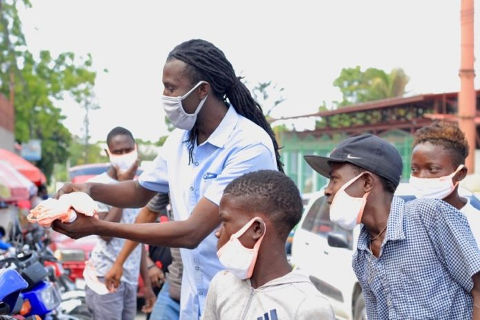 Le groupe Rockfam distribue des masques à Delmas en Haïti le 8 mai 2020 (Photo : Diniace)
